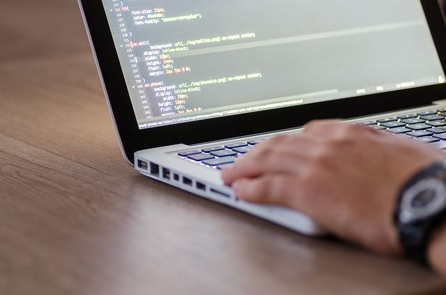 Аутсорсинг або штатний програміст?